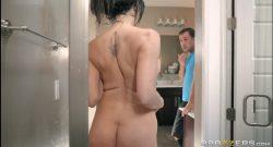 ลูกเงี่ยนแอบไปถ่ายคลิปแม่ตัวเองที่ระหว่างอาบน้ำอยู่แม่ดันเห็นเลยจับลูกให้เย็ดหีคาห้องน้ำเลย