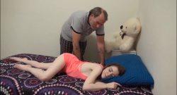พ่อวัยชราหัวหมอแอบมาลักหลับลูกสาวตัวเองถึงที่ห้องผิวขาวสวยเซ็กซี่มาก